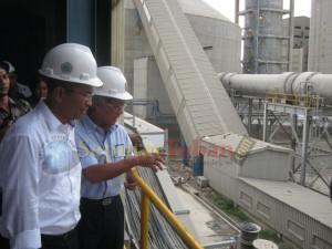 Meneg BUMN (dahlan Iskan) saat bersama Dirut PT Semen Gresik ( Dwi Soetjipto) di areal Pabrik IV