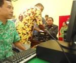 Wakil Bupati Tuban mencoba mesin E-KTP saat launching