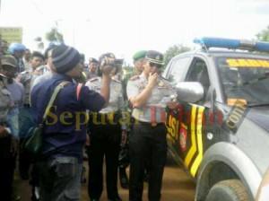 Kapolres Tuban, AKBP. Awang Joko Rumitro terjun langsung saat membubarkan aksi blokir jalan