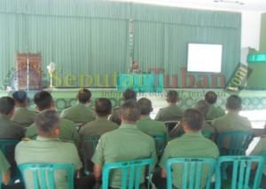 Komandan Korem  082/CPYJ,  Kolonel Inf. Agus Yuniarto saat memimpin pertemuan di Kodim 0811 Tuban