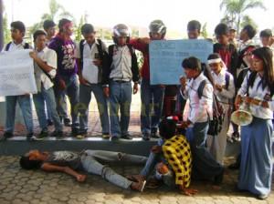 Massa Puspres saat menggelar unjuk rasa dihalaman DPRD Tuban