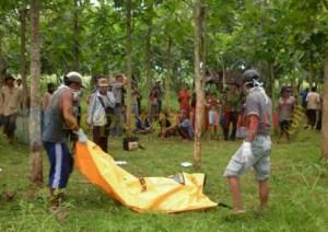 Proses evakuasi jasad korban gantung diri, jadi tontonan warga