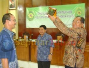 Ketua PT Jatim usai menerima cinderamata dari Ketua PN Tuban