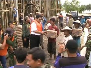 Ketua DPRD Tuban saat menyampaikan bantuan kepada warga korban banjir