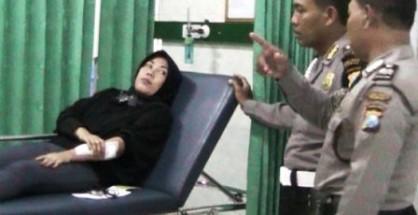 Korban, Wiwik saat mendapatkan perawatan medis di Rumah Sakit