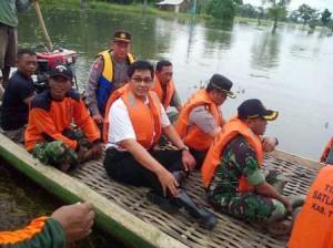 Ketua DPRD Tuban, bersama Dandim 0811 dan Kapolres Tuban saat meninjau lokasi banjir