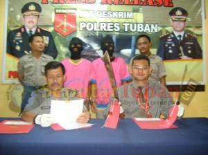 Kasat Reskirm Polres Tuban, Didampingi Kasub Bag Humas saat Press Release kasus pembunuhan di wilayah Desa Margomulyo, Kecamatan Kerek.