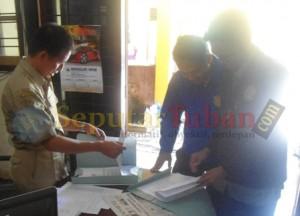 Calon peserta seleksi PPK asal Kecamatan Kerek saat mendaftar di KPU Tuban