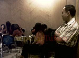 Kepala Sat Pol PP Pemkab Tuban, Heri Muharwanto saat razia disebuah karaoke