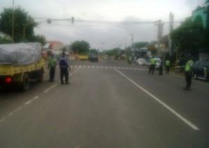 Anggota Sat Lantas Polres Tuban bersama personil Dishub Tuban saat menggelar razia Mobil Penumpang Umum (MPU)