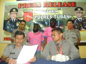 Press release kedua tersangka pembunuhan di Kecamatan Semanding