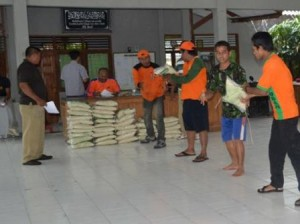 BPBD saat menyalurkan bantuan kepada korban banjir
