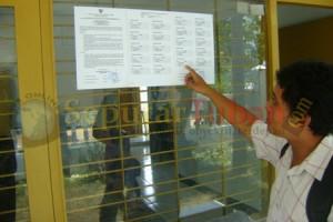 Salah satu peserta seleksi Panwascam melihat pengumuman kelulusan hasil tes fit and proper test