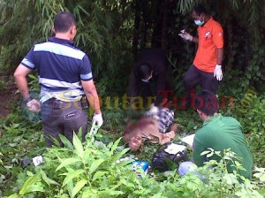Polisi saat melakukan identifikasi korban tewas dilokasi kejadian