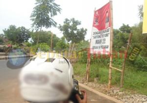 Banner pengurus PAC PDI Perjuangan yang dipasang dikawasan pertigaan Gedongombo
