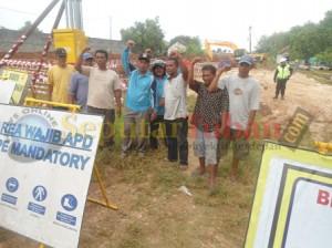 Warga saat melakukan aksi unjuk rasa dengan memblokir proyek pipanisasi MCL