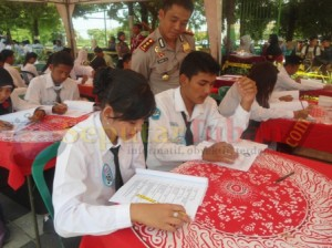 Kapolres Tuban saat melihat peserta Pemilihan Duta Lantas menjalani tes tulis