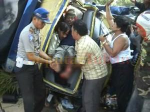 Ditolong : Pengemudi truk pengangkut ikan yang ditetapkan menjadi tersangka, saat ditolong usai kejadian