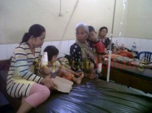 MEMBAIK : Siswa korban keracunan kondisinya mulai membaik saat dirawat di Puskesmas Plumpang
