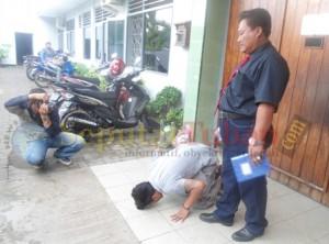 Sujud syukur didepan Lapas karena putusan bebas dari PN Tuban