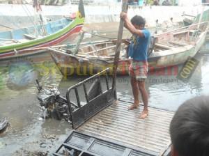 Sepeda motor Tossa yang menabrak pelajar dirusak warga