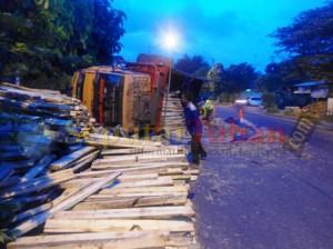 Kondisi truk gandeng yang terguling