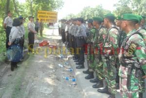 Aparat Polri dan TNI siaga dilokasi kejadian aksi blokir jalan oleh warga