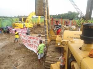 Warga melakukan aksi pemblokiran proyek pipanisasi sebagai bentuk luapan kekesalan