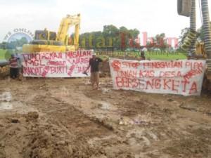 Poster bernadakan protes dari warga dipasang dilokasi pipanisasi MCL didesa setempat