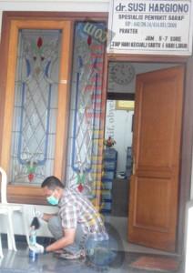 Anggota Polres Tuban melakukan pemeriksaan bekas sidik jari pelaku