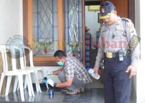 Anggota Polres Tuban melakukan olah TKP dirumah korban