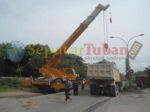 Proses evakuasi dump truk yang dibakar warga