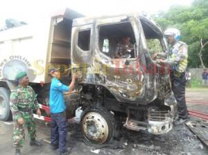 kondisi dump truck jadi korban amuk warga