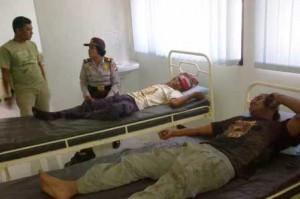 Korban luka ringan saat menjalani perawatan medis. Dan Kapolsek Kerek memantau langsung kondisi kesehatan korban