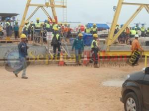 Pekerja melakukan mogok kerja, sebagai bentuk protes pemberian gaji