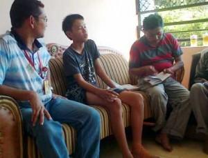 Sat Reskirm Polres Tuban saat mendatangi rumah Michael Juanda untuk menggali keterangan