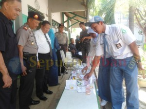 Siswa saat mengumpulkan urine kepada petugas untuk diperiksa