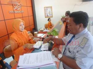 Kuasa hukum Sumarlik, Sujono Ali Mujahidin saat mengirimkan surat di Kantor Pos Tuban