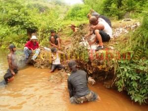 BONSAI TUBAN : Aktivitas para pemuda saat berburu bonsai serut batu