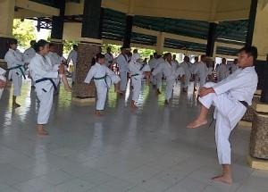 MELATIH : Sekretaris BKC Tuban, Briptu Kharisma M. P saat memimpin latihan
