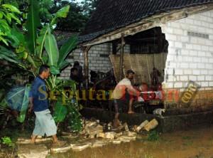 MEREPOTKAN : Usai diterjang banjir bandang, warga resah karena rumah rusak dan penuh lumpur