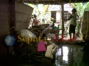 RUSAH PARAH : Kondisi rumah warga rusak akibat diterjang banjir bandang