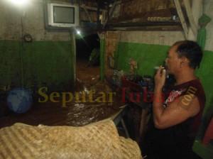 MERADANG : Warga hanya bisa pasrah, ketika air dengan deras menerjang rumahnya