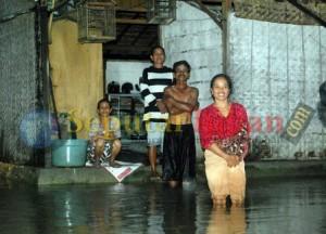 TERENDAM : Warga terganggu aktivitasnya, lantaran rumah dan lingkungan mereka tendam banjir