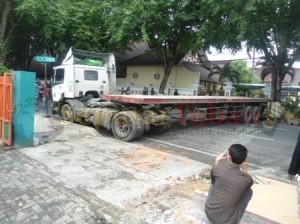 BIANG KEMACETAN : Kondisi tronton melintang jalur pantura, mengakibatkan kemacetan