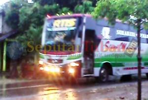 NAKAL : Bus AKAP yang melintas di jalan kawasan Kecamatan Montong menuju Kecamatan Merakurak