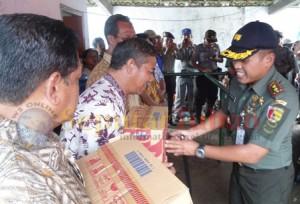 MEMBANTU : Dandim 0811 Tuban, Letkol Inf. Primadi Saiful Sulun saat menyerahkan bantuan secara simbolis