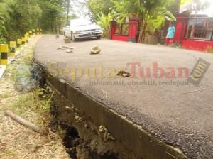 RUSAK : Akibat plengsengan jalan rusak, hanya separuh jalan yang digunakan laluli lantas