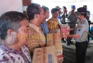 MEMBANTU : Kapolres Tuban, AKBP Awang Joko Rumitro saat menyerahkan bantuan secara simbolis