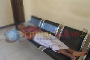 DIPULANGKAN : Seorang siswi SMPN 3 Tuban masih dalam kondisi lemas